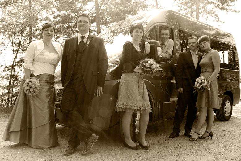 Gruppenbild mit Auto